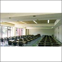 150人収容の広い研修室.jpg